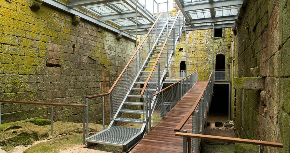 Ejemplo de escalera con Rejillas tramex