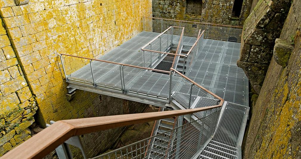 Ejemplo de pasarela con rejillas metalica tramex en Museo