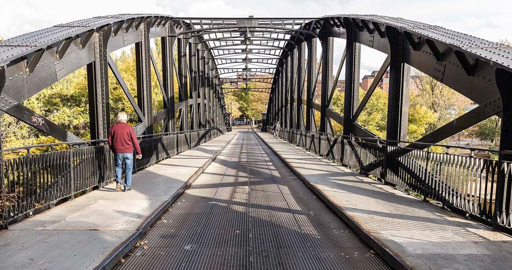 Ejemplo de pasarela con rejilla metalica en Puente